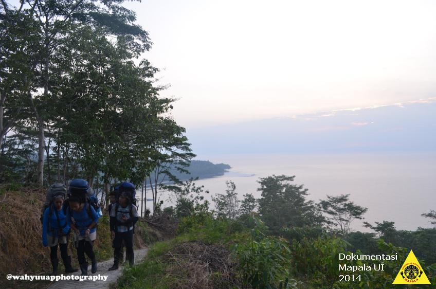 Tim meninggalkan Pantai Karang Brak setelah berjalan di medan yang curam pada hari pertama penjelajahan Taman Nasional Bukit Barisan Selatan.