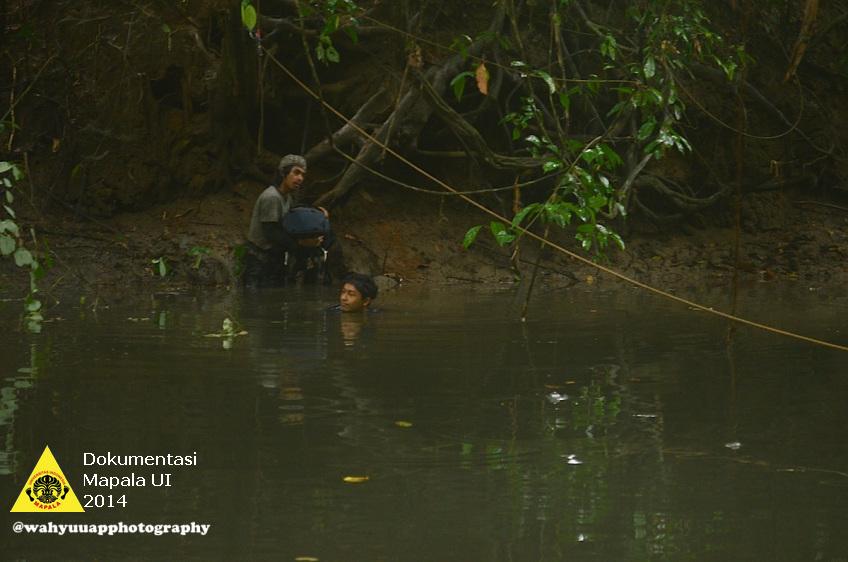 Fajri dan Bagas bersiap untuk menyeberangi sungai yang cukup besar tapi tenang alirannya pada hari ketujuh penjelajahan.